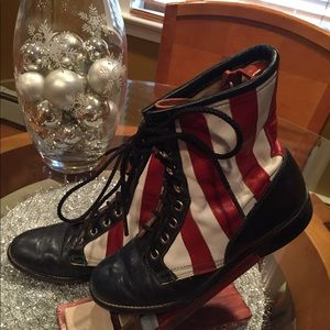 Shoes - 🇺🇸Vintage red, white, blue & black lace up boots